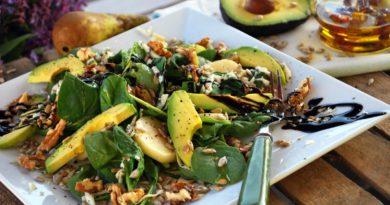 Салат с авокадо свеклой шпинатом и орехами